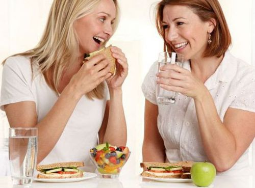 Женщины обедают