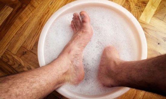 Человек парит ноги
