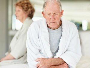 Пожилой мужчина расстроен