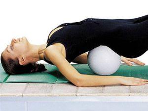 Девушка лежит на мяче