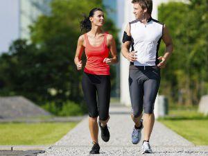 Мужчина и женщина на пробежке