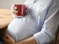 Беременная женщина пьет чай